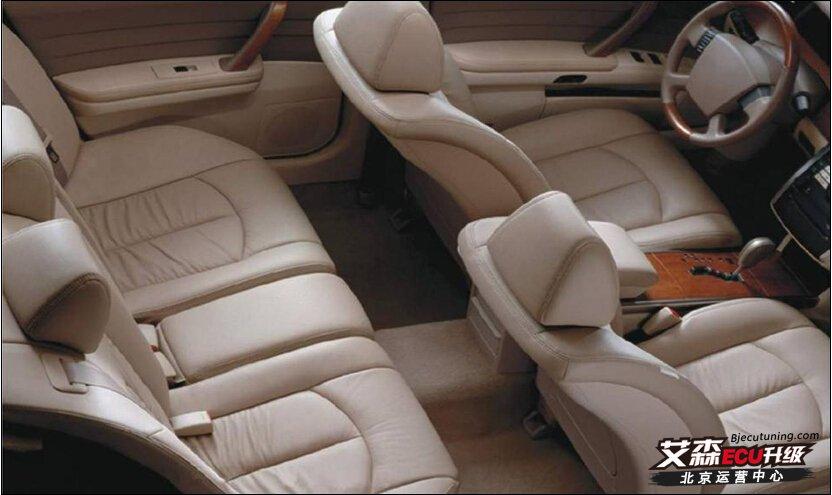 现在中国人的汽车80%以上都是真皮座椅,因为真皮座椅美观耐用,容易清理,与人体表皮功能接近,触感舒适,其毛细孔具有良好的透气性,表面平滑。另外真皮座垫不易燃烧,不怕烟蒂烧破,还可增加制冷效果、节省空调燃烧消耗,因此在国人眼中真皮座椅是高贵豪华的象征。现在市场上普遍是买车时赠送真皮内饰,其实许多被4S店销售人员标榜为全真皮的汽车座椅并非全真皮。很多车型的车座椅侧面、后面都是用革或猪皮代替了真牛皮,宣传材料对座椅的介绍笼统地称为真皮,大多数消费者并没有注意到这一点。   汽车座椅必须选用头层皮  汽车真皮最