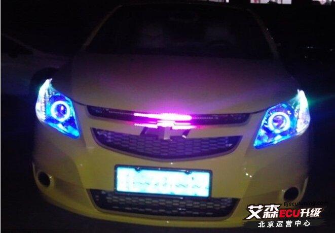 汽车大灯,是关系到行车安全的不可缺失的重要系统,它是我们夜晚安全行驶的重要保障! 理论上来说,既然开车那么事故就是无法避免的,但是夜间的行车事故它不像白天的碰撞那么简单,它有可能是致命的,在高速上连环撞车的事故经常发生,都是因为雨雾天气视觉不好造成的,所以如何最高程度的提高行车安全,提高大灯照明效果是一个严谨的,刻不容缓的问题,多一份光亮就多了一份平安! 下面,我总结一下所有车友关注但是不理解的问题: 一、 为什么要升级改装大灯?汽车出厂时配置的大灯,为何还要升级改装?我的灯已经非常好了,不需要改装(这